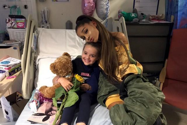 Vendredi, Ariana Grande s'est rendue au chevet des... (AP, via Manchester Evening News)