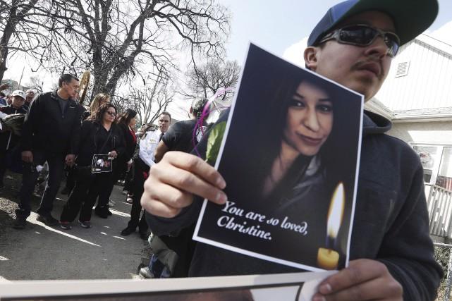 Byron Wood tient une photo de sa soeur... (La Presse canadienne, John Woods)