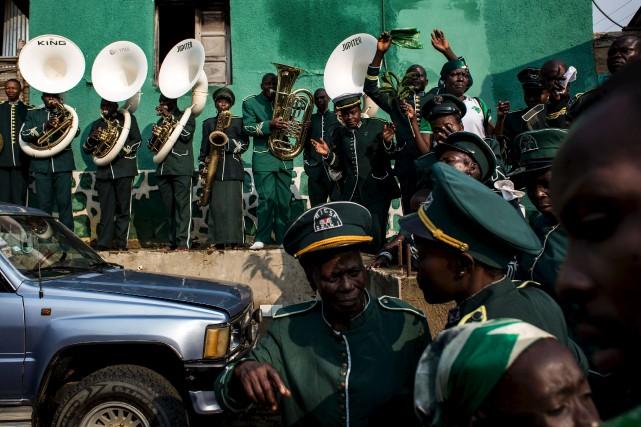 Un orchestre de fidèles kimbanguistes joue de la... (AFP, John Wessels)