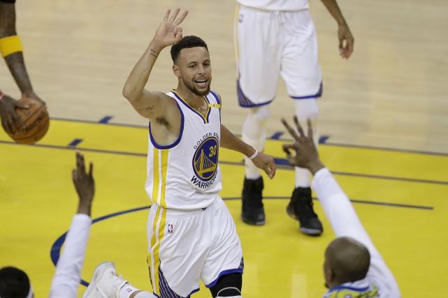 Stephen Curry a réussi un triple double en... (AP, Marcio Jose Sanchez)