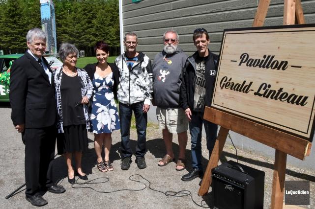 Des proches de l'abbé Gérald Linteau s'étaient réunis... (Photo Le Quotidien, Michel Tremblay)