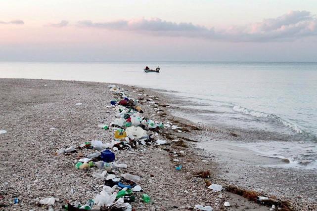 Des déchets jonchent cette plage en Haïti.... (Timothy Townsend, archives PC)