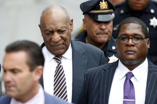 Bill Cosby à sa sortie de cour à... (PHOTO REUTERS)