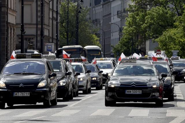 À Varsovie, quelque 2000 taxis, arborant des drapeaux... (AFP, Janek Skarzynski)