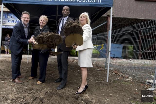 La première pelletée de terre du projet du... (Martin Roy, Le Droit)