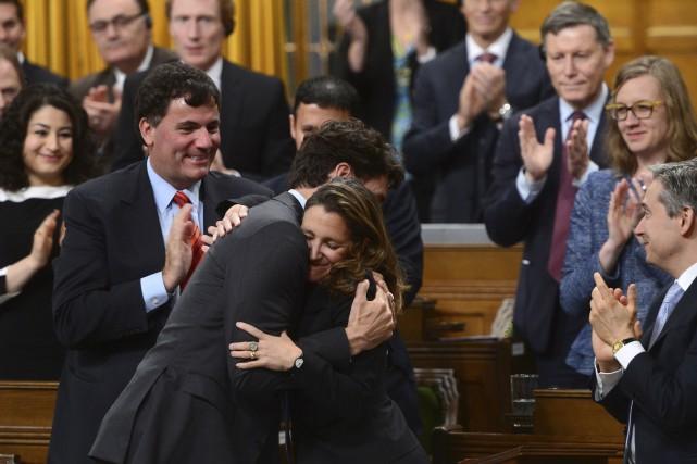 Le premier ministre Justin Trudeau félicite la ministre... (La Presse canadienne, Sean Kilpatrick)