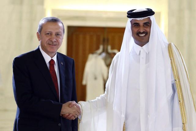 Recep Tayyip Erdogan serre la main à l'émir... (ARCHIVES AP)