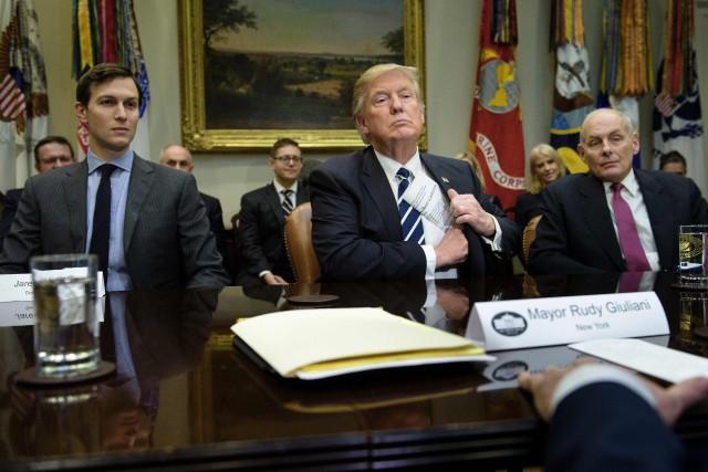 Donald Trump entouré de son gendre et conseiller... (PHOTO AFP)