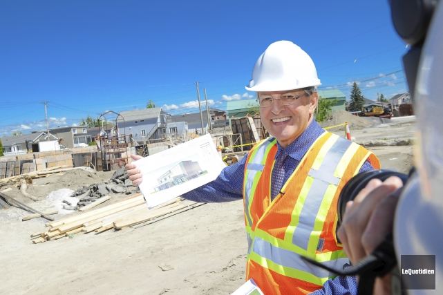 Le maire Jean Tremblay a visité le chantier... (Photo Le Quotidien, Gimmy Desbiens)