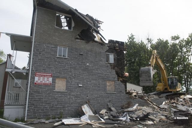 La démolition de cette bâtisse résidentielle a commencé... (Stéphane Lessard, Le Nouvelliste)