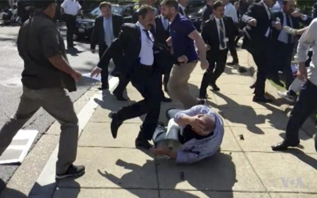 Des gardes du corps turcs sont accusés d'avoir... (PHOTO AP)