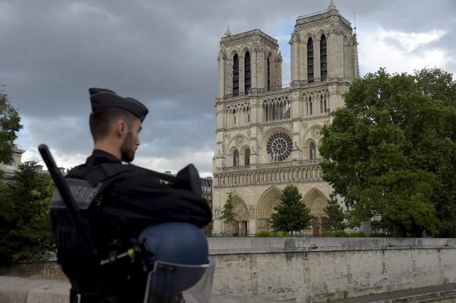 Un policier surveille le parvis de Notre-Dame, à... (AFP, Bertrand Guay)