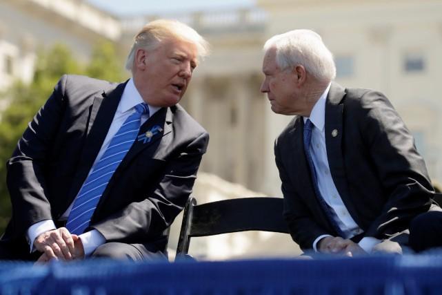 Donald Trump et Jeff Sessions discutent lors d'une... (PHOTO REUTERS)