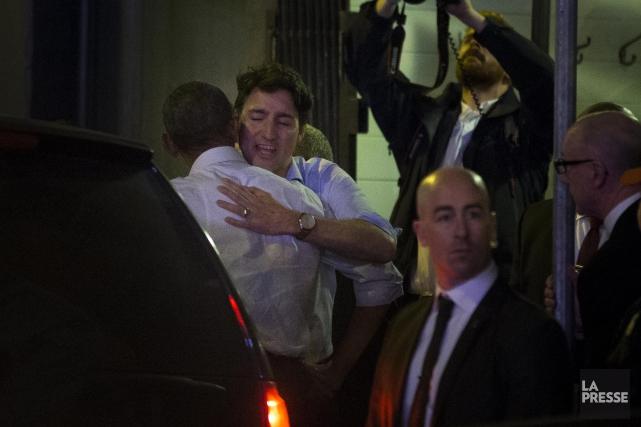 Barack Obama et Justin Trudeau se donnent l'accolade... (PHOTO OLIVIER PONTBRIAND LA PRESSE)