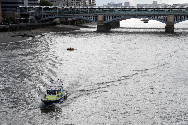 Un bateau de la police de Londres sur... (PHOTO Peter Nicholls, archives REUTERS)