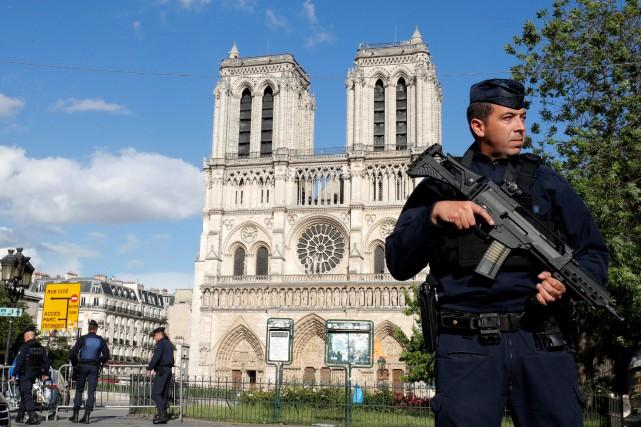 En attaquant un membre d'une patrouille de police... (PHOTO REUTERS)
