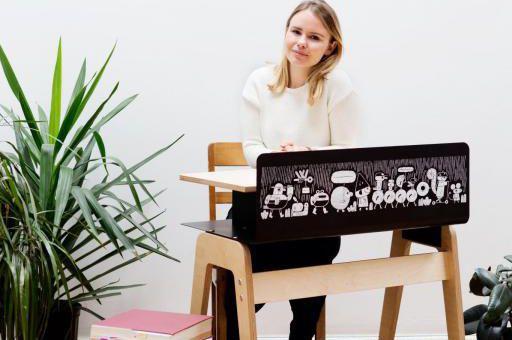 Léa Clermont-Dion, ambassadrice du Grand Pupitre, est assise... (Photo Cindy Boyce, fournie par Le grand pupitre)