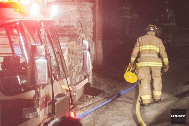 Un incendie a complètement détruit un garage et les deux véhicules qui s'y... (Archives La Tribune, Julien Chamberland)