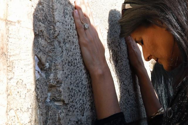 Nikki Haley a prié auMur des Lamentations, mercredi,... (PHOTO AFP)