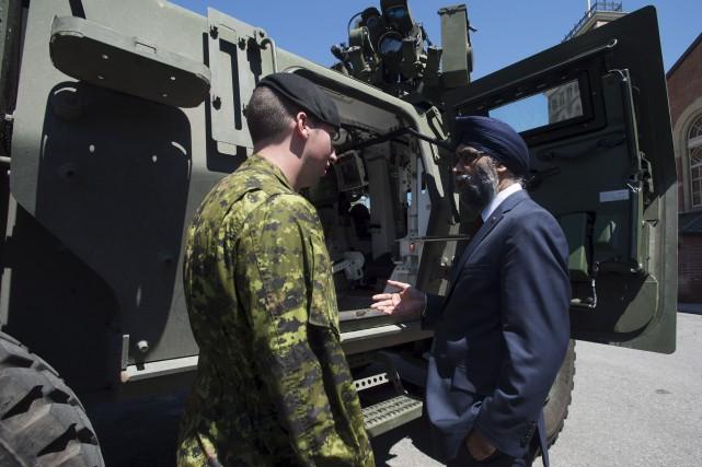 Le ministre de la Défense, Harjit Sajjan, discute... (La Presse canadienne, Adrian Wyld)