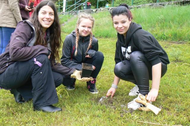 Des jeunes ont entrepris de restaurer les berges... (La Tribune, Julie Lupien)