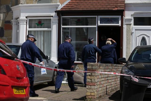 Opération policière mercredi à Ilford, un quartier situé... (PHOTO AFP)