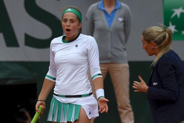 Jelena Ostapenko argumente avec une arbitre lors de... (AFP, Gabriel Bouys)