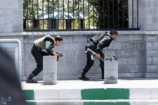 Deux membres des forces iraniennes près du parlement,... (Photo Tasnim News Agency via REUTERS)