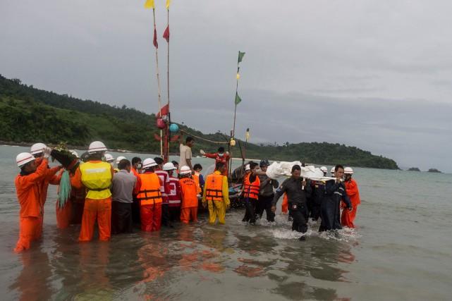 Des membres de la Croix-Rouge et de la... (Photo Ye Aung Thu, Agence France-Presse)