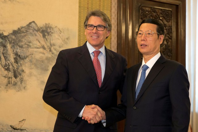 Rick Perry et le vice-premier ministre chinois Zhang... (Photo Ng Han Guan, REUTERS)