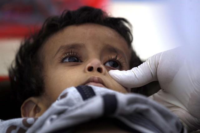 Un enfant suspecté d'être infecté par le choléra... (Photo Mohammed Huwais, Agence France-Presse)