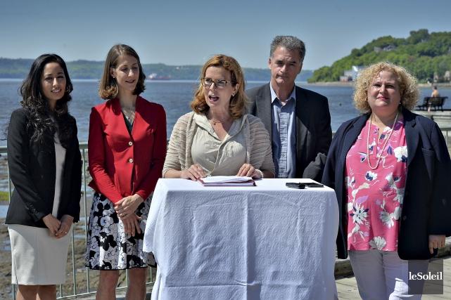 La chef de Démocratie Québec, Anne Guérette (au... (Le Soleil, Patrice Laroche)