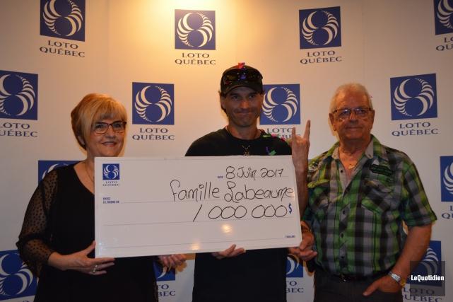 Dany Labeaume partage son lot avec ses parents,... (Photo Le Quotidien, Louis Potvin)