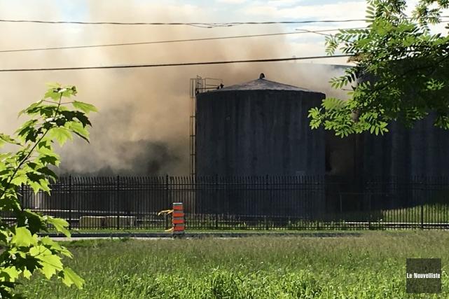 Incendie jeudi matin au port de Trois-Rivières impliquant une citerne de... (Photo Sylvain Mayer Le Nouvelliste)