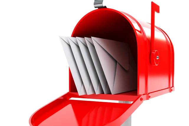 red mailbox with mails... (raven - Fotolia)