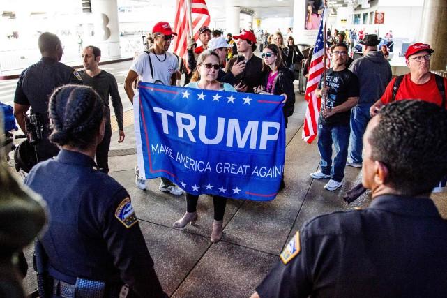 Des manifestants en faveur du décret anti-immigration signé... (ARCHIVES AFP)
