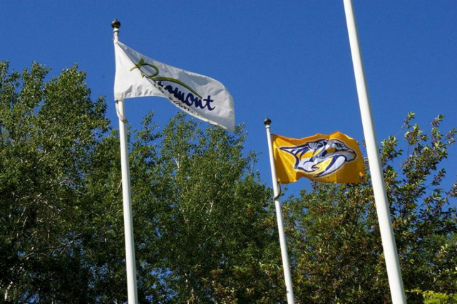 Le drapeau des Predators flotte maintenant devant l'hôtel... (tirée de la page Facebook de la Ville de Bromont)