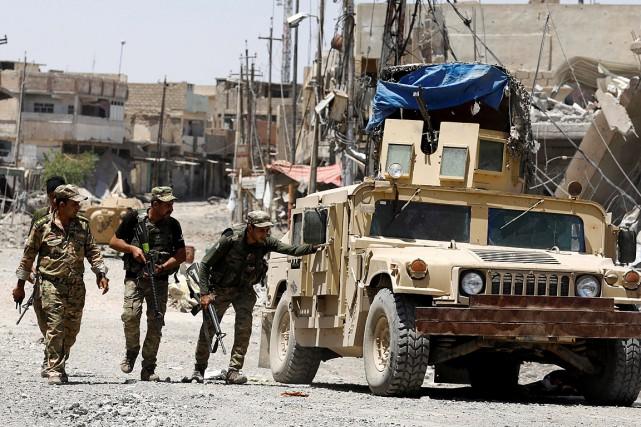 Des soldats irakiens tentent d'éviter les tirs de... (Photo Erik De Castro, REUTERS)