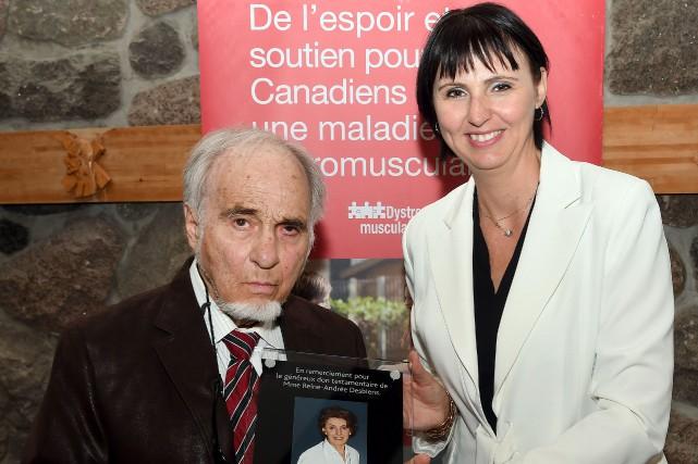 André Besson, conjoint de feu Andrée-Reine Desbiens, accompagné... (Photo Le Quotidien, Rocket Lavoie)