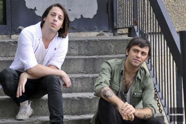 Le chanteur Xavier Dufour-Thériault et le guitariste Jean-Cimon... (Archives Le Progrès, Rocket Lavoie)