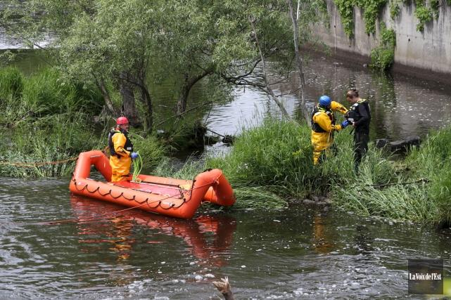 Les secouristes ont utilisé leur canot de sauvetage... (Christophe Boisseau-Dion, La Voix de l'Est)