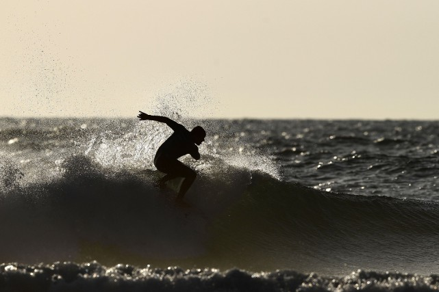 Un peu plus et un surfeur frappait... un... (Photo FRANCK FIFE, AFP)