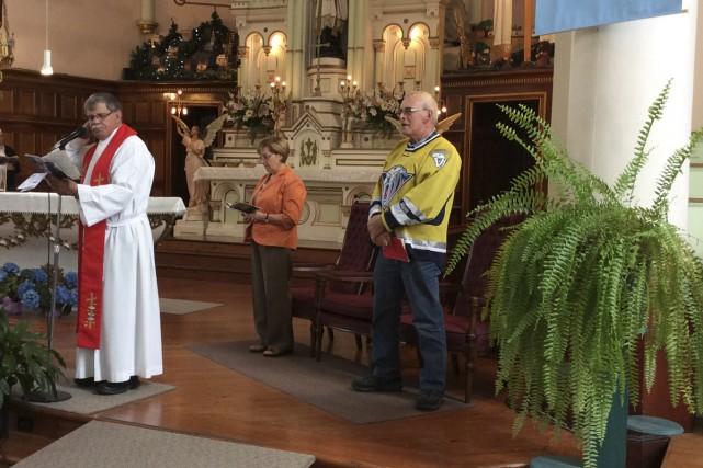 Un des servants de messe a porté le... (fournie)