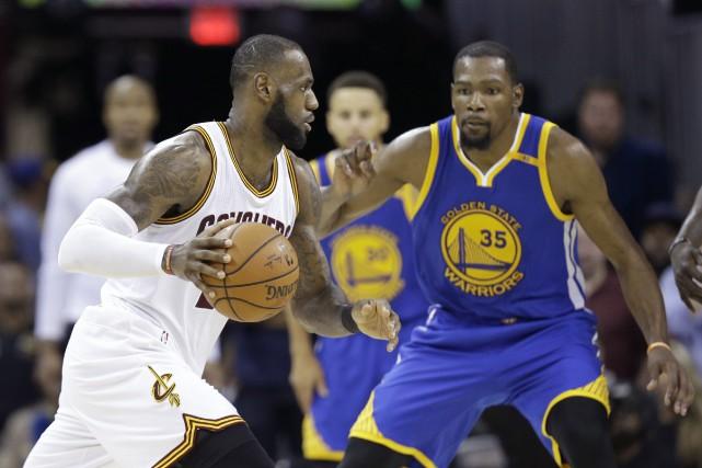LeBron James devant Kevin Durant.... (photo Tony Dejak, AP)
