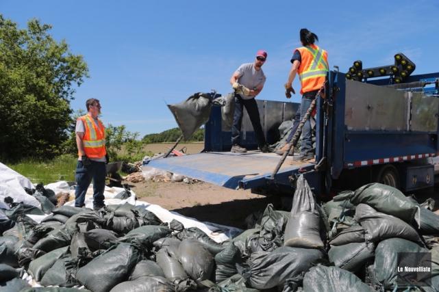 Des centaines de sacs de sable ont été... (Olivier Croteau, Le Nouvelliste)