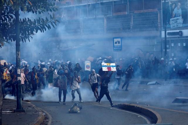 Des centaines d'opposants au président vénézuélien Nicolas Maduro... (Photo Carlos Garcia Rawlins, REUTERS)