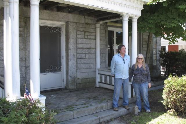 Vendre une résidence qui jonche deux pays s'avère... (AP, Wilson Ring)