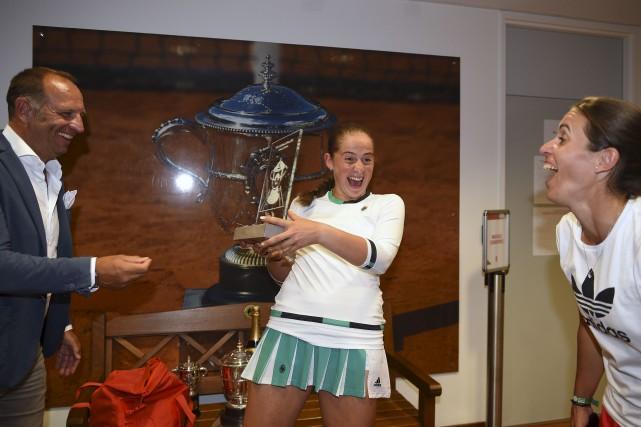 Jelena Ostapenko est devenue la première joueuse non... (AP, Corinne Dubreuil)