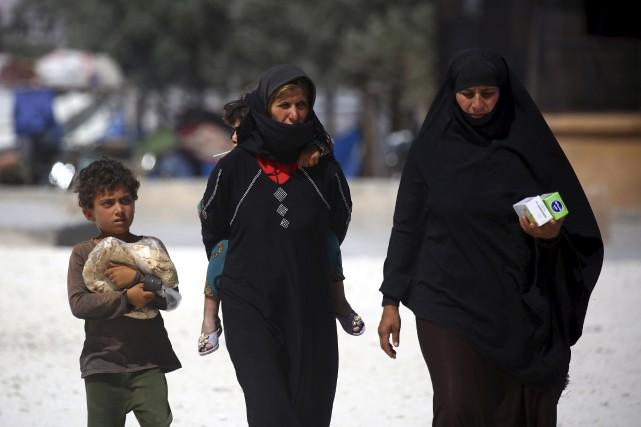Ces réfugiens syriens originaires de Raqa peuvent reprendre... (AFP, Delil Souleiman)