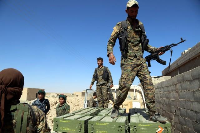 Des militaires des Forces démocratiques syriennes (FDS).... (PHOTO DELIL SOULEIMAN, AGENCE FRANCE-PRESSE)